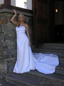 70277b6ad268 Salon Valery se může pochlubit širokým výběrem a rychlou výrobou. Lze si  vybrat jednoduché bílé šaty bez ramínek nebo ty s vykrojeným střihem.
